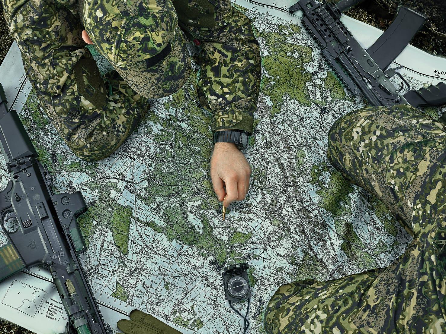 zestaw mundurowy w kamuflażu MAPA od marki Maskpol; osoby w mundurach sprawdzają mapę