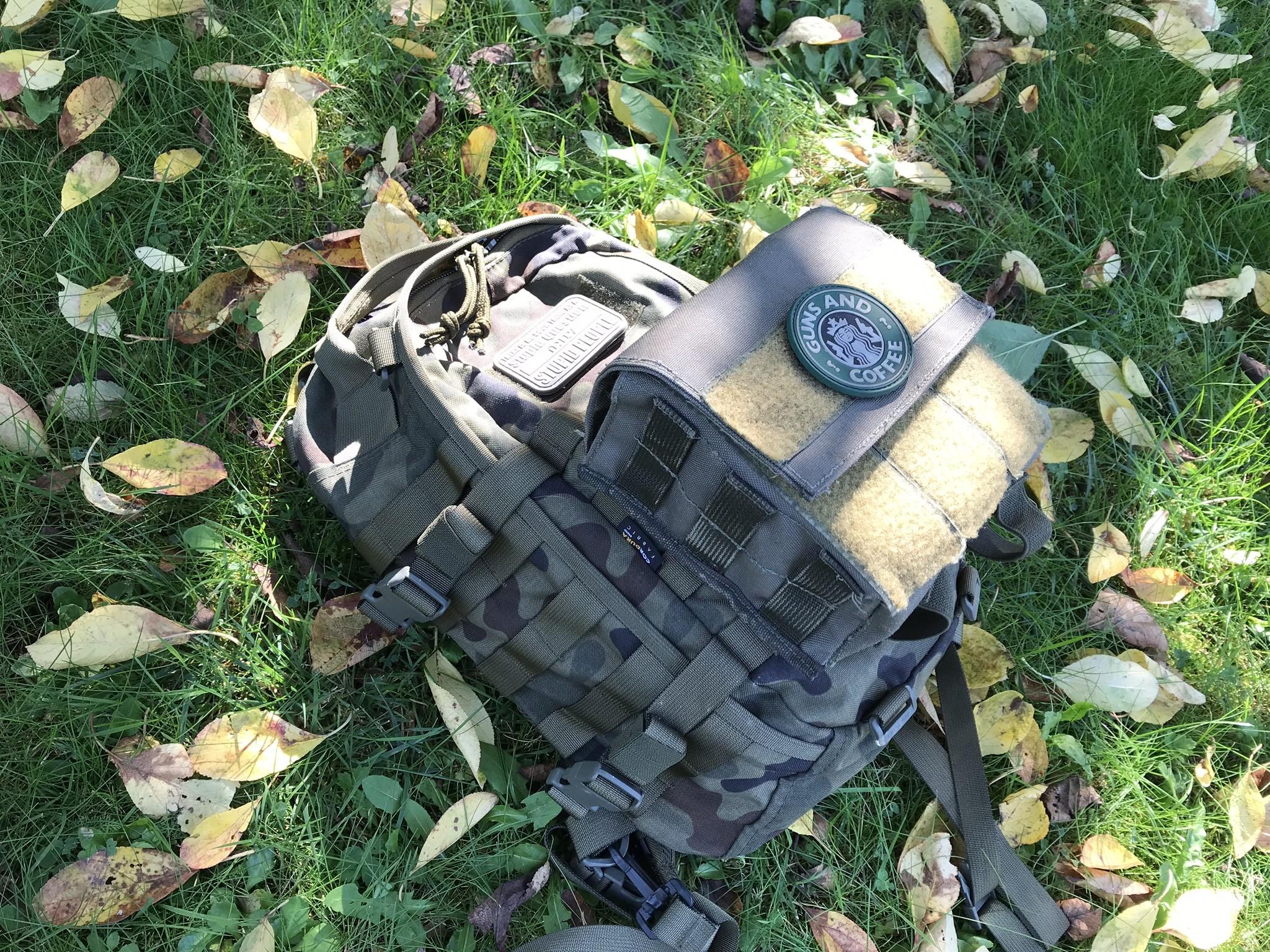 plecak taktyczny sparrow na trawie
