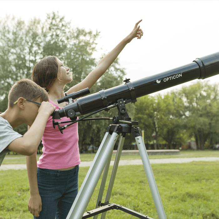 dzieci z teleskopem w parku