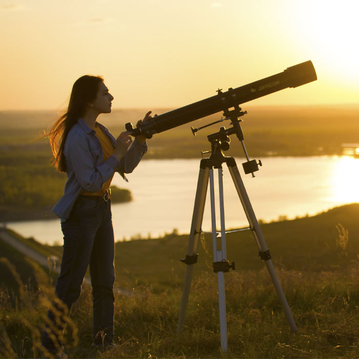 nastolatka obserwuje przez teleskop